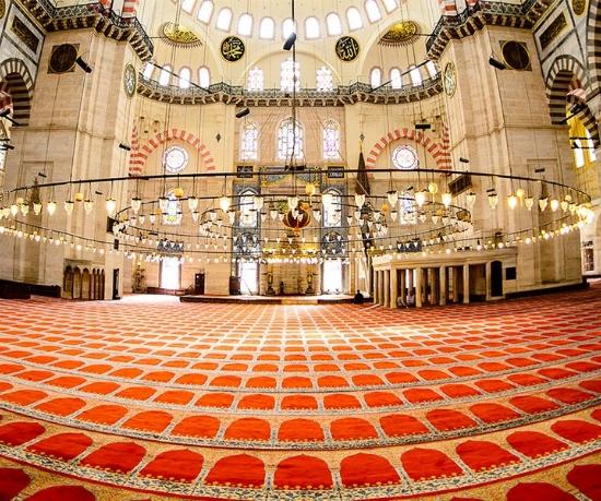 Tüm farklı camiler kapsamında iç kısmının büyüklüğüne ve cemaatin yoğunluğuna uygun bir şekilde tasarım haline getirilmiş olan birbirinden özel cami halısı çeşitleri kaliteli bir malzeme yapısı kapsamında sunulmaktadır.