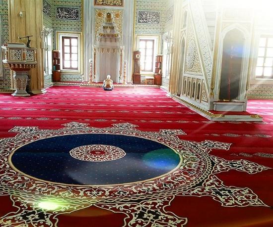 Kültüre göre şekil bulan cami halıları camilerin en vazgeçilmez eşyaları arasında yer almaktadır. Bütün camilerde Türk motiflerini yansıtan cami halısı modellerine rastlamak mümkündür.