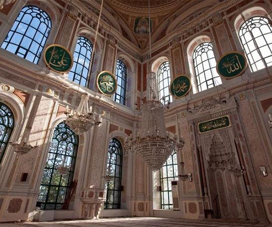 Bugün ise durum değişti ve camiler için özel cami halıları dokunmaya başlandı. Göbekli cami halısı, saflı cami halısı ve seccadeli cami halıları gibi birçok kaliteli cami halısı çeşitleri, pratik ve etkili bir şekilde üretilmeye başlandı.